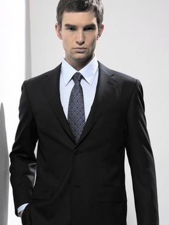 第一次系上领带多少会有些不适应图片