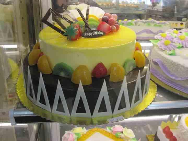制作各种样式鲜奶,欧式蛋糕。有更多的打折优惠信息。现场制作的刚出炉的蛋糕,专业品牌店制作:有生日蛋糕、情人蛋糕、探访亲友蛋糕、婚礼蛋糕、母亲蛋糕、水果蛋糕、巧克力蛋糕、果仁蛋糕、低糖蛋糕等 本商家宝所有商品图片仅供参考,商品以商家实物为准。