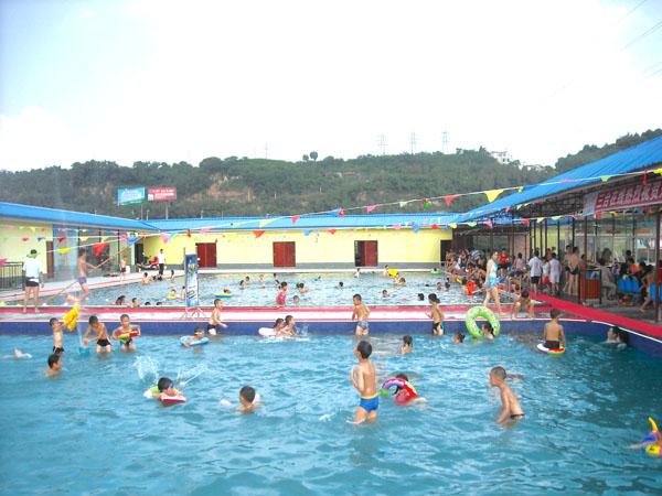 商家简介  东湖游泳馆位于三台滨江半岛外滩,依山