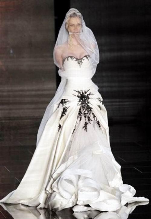 不同寻常的时装秀:美女模特在