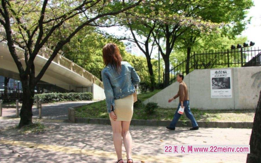 街拍穿透明短裙的美臀女人