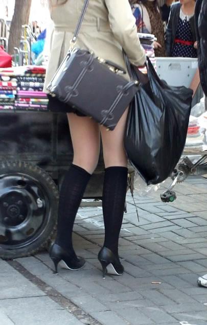 街拍超短裙mm的高跟美腿图片