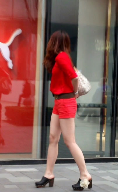 街拍性感桃粉色超短裤美女