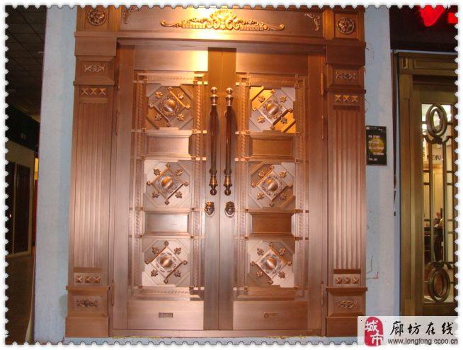 始创于1999年的上海松岩钢铝门业有限公司,自成立以来始终坚持精准制造品牌,诚信服务世界的企业理念,致力于精致表达中国高尚人士至尊生活方式。经过公司全体员工逾十年孜孜不倦的努力,目前松岩铜门已向市场推出10大系列、80多个品种的产品,已成为中国领先的铜门制造商。   松岩铜门自推向市场,便因其极富艺术表现力的产品设计、优质的原材料选择、精湛的制造工艺以及完善的售后服务,成为中国高端家居建筑的首选品牌,并于业内率先通过ISO9001:2000质量体系认证。目前已在全国建立了近一百家松岩铜门专卖店,并先
