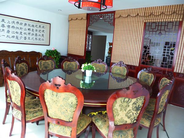 酒店设中式,欧式宴会包间15个和喜宴大厅一处,能同时容纳300余人