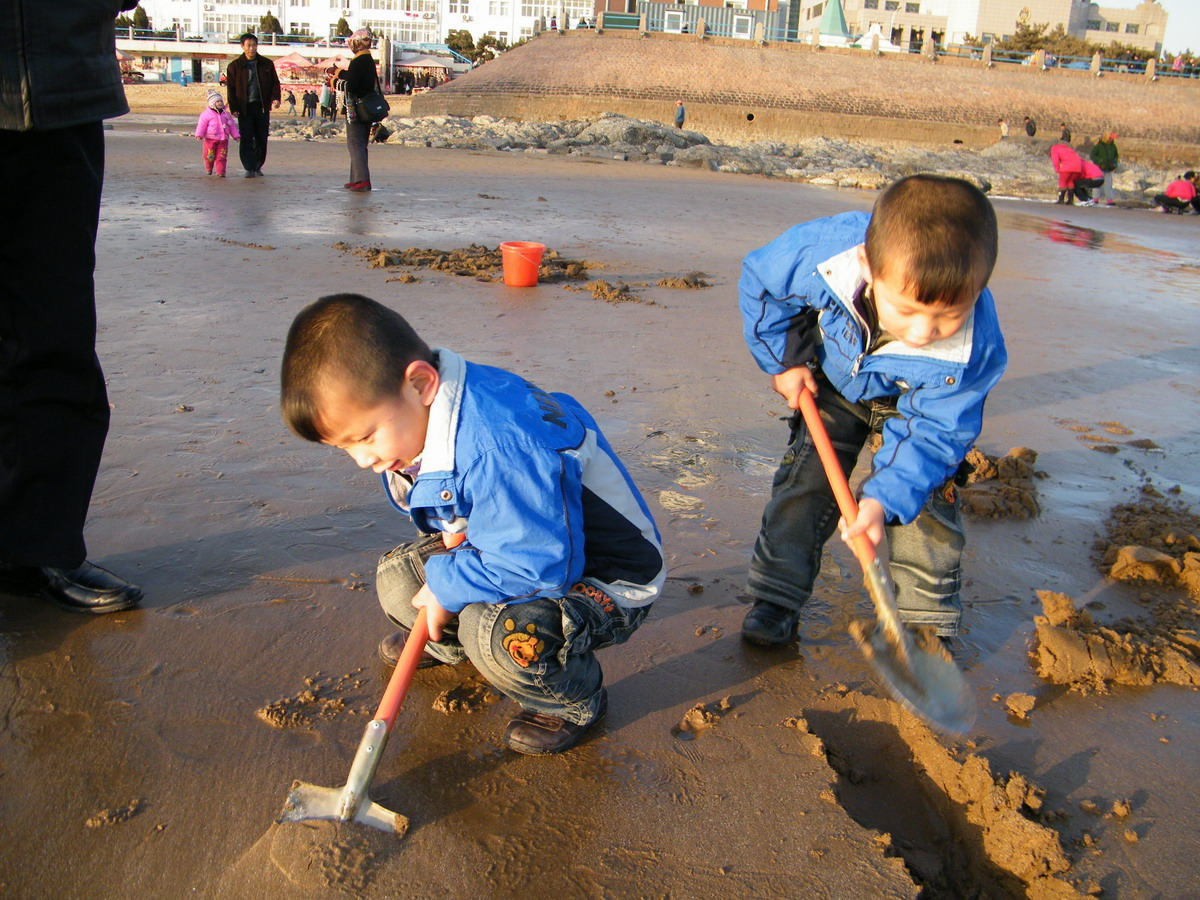 青岛大海边可爱小孩照片