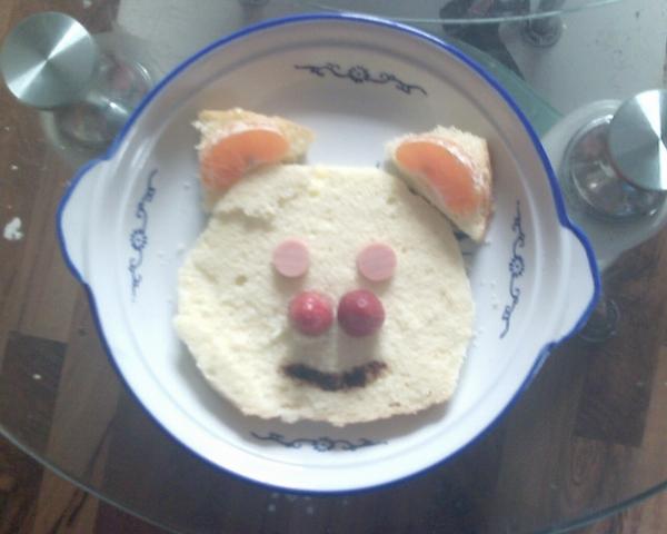 很多家长都为孩子不吃饭发愁,不知为孩子做什么饭? 看一下我为孩子做的小猪早餐,让孩子看了就想吃。  材料:蛋糕或面包片、水果、火腿肠。 做法:把蛋糕或面包片切出动物形状、加上各种水果做动物的耳朵、眼睛、鼻子、觜巴。 家长朋友们可以用点心,隔三岔五给孩子做个有创意的小点心