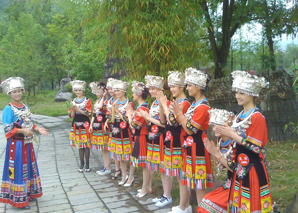 云南红河苗族姑娘图片 手绘