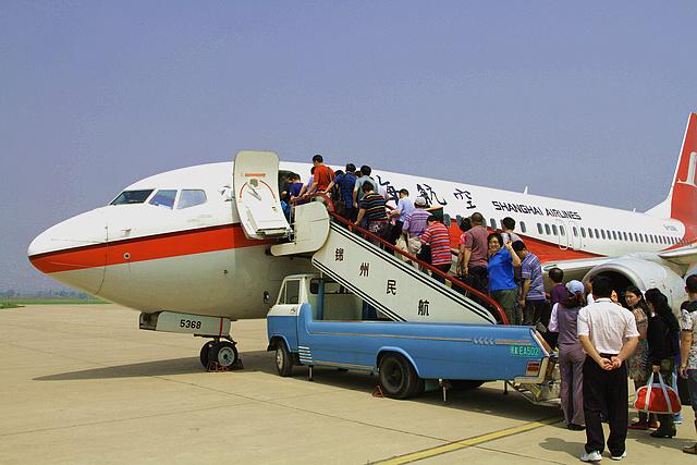 现在看世博 去了就后悔 一 走时心情好  5月5日从锦州机场出发,  乘坐上航【FM9189】航班,波音737客机。  上海航空B-5368号飞机。 二 到了就郁闷  这是国家馆,一般游客是不可能进去的。  这是辽宁馆,在国家馆下面的综合馆里,我们排队近2小时方得一见,馆里陈列5块化石,仅此而已。  上下到处是人,凉棚里排队的人要等6小时才能进馆。  这是等候参观沙特馆的人,公告牌告知需要8小时后才能进馆。  在这里排队的人需要4小时才能进馆。  这是人较少的尼泊尔馆,也要等上半小时。  这是非洲联合馆,