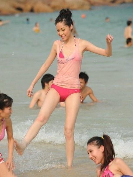 养眼的海边美女戏水 贴图世界