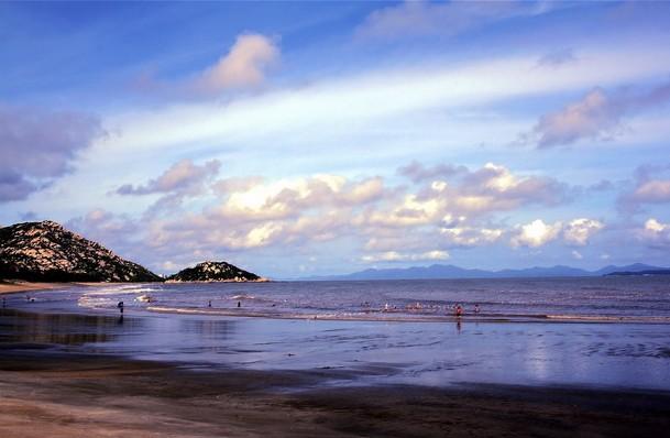 望着滔滔海的海面,轻轻地抚摸细软的沙滩,一层层的浪花从远处