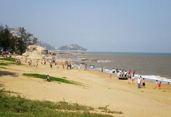 浪琴湾一带有山有海有石有沙滩……海水清澈,沙质柔软,蓬曙光晚霞照耀