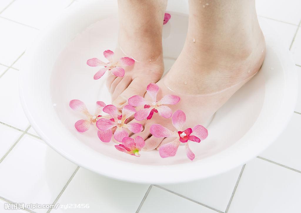 用热水泡脚 不但可以促进脚部血液循环