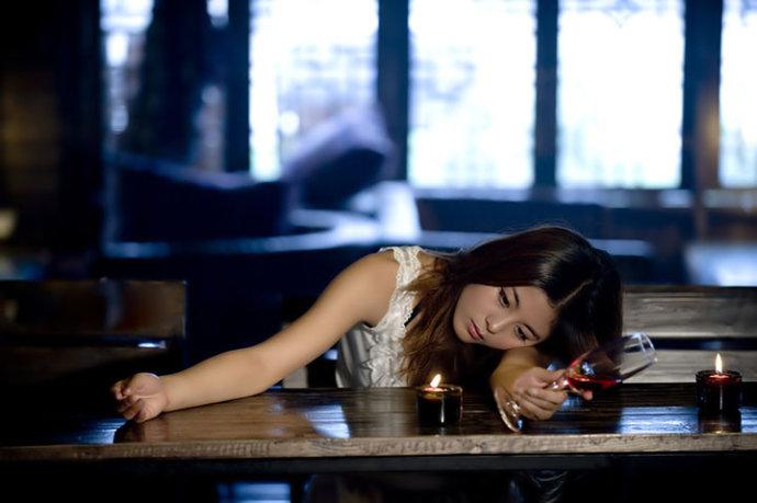 女人喝酒 喝的是情 醉的是爱