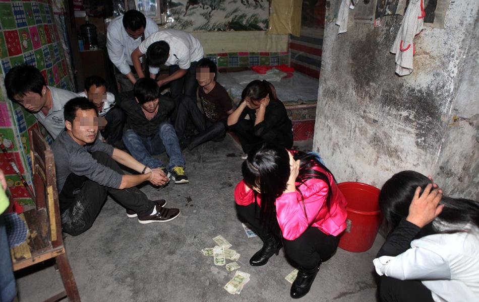 深圳郊区扫黄警方清查街边破瓦房_周边资讯_