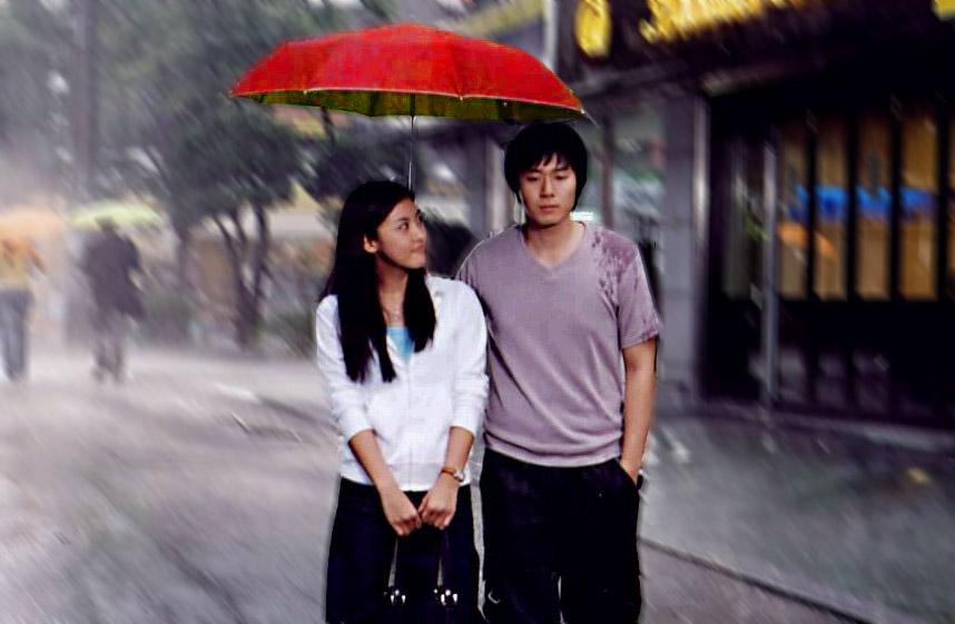 情侣雨中漫步图片 情侣雨中打伞图片 雨中情侣图片 情侣雨中撑伞的