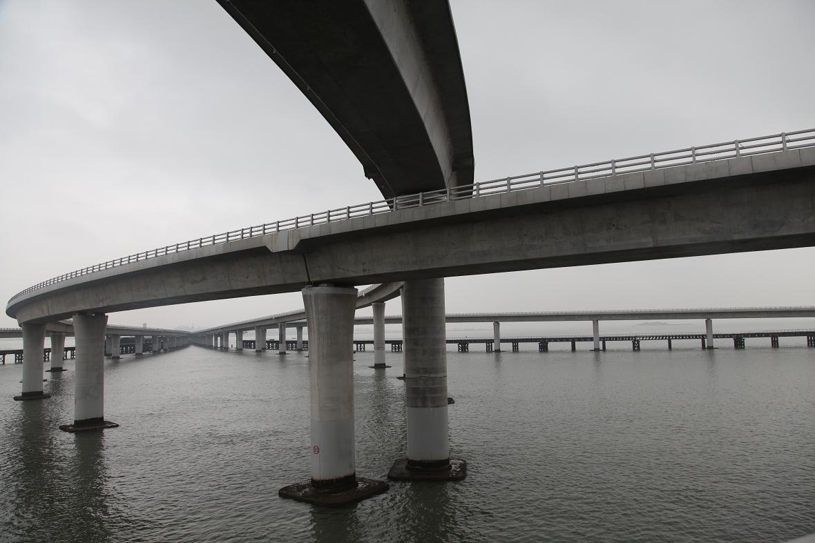 [原创]雨雾蒙蒙中拍摄的青岛胶州湾跨海大桥