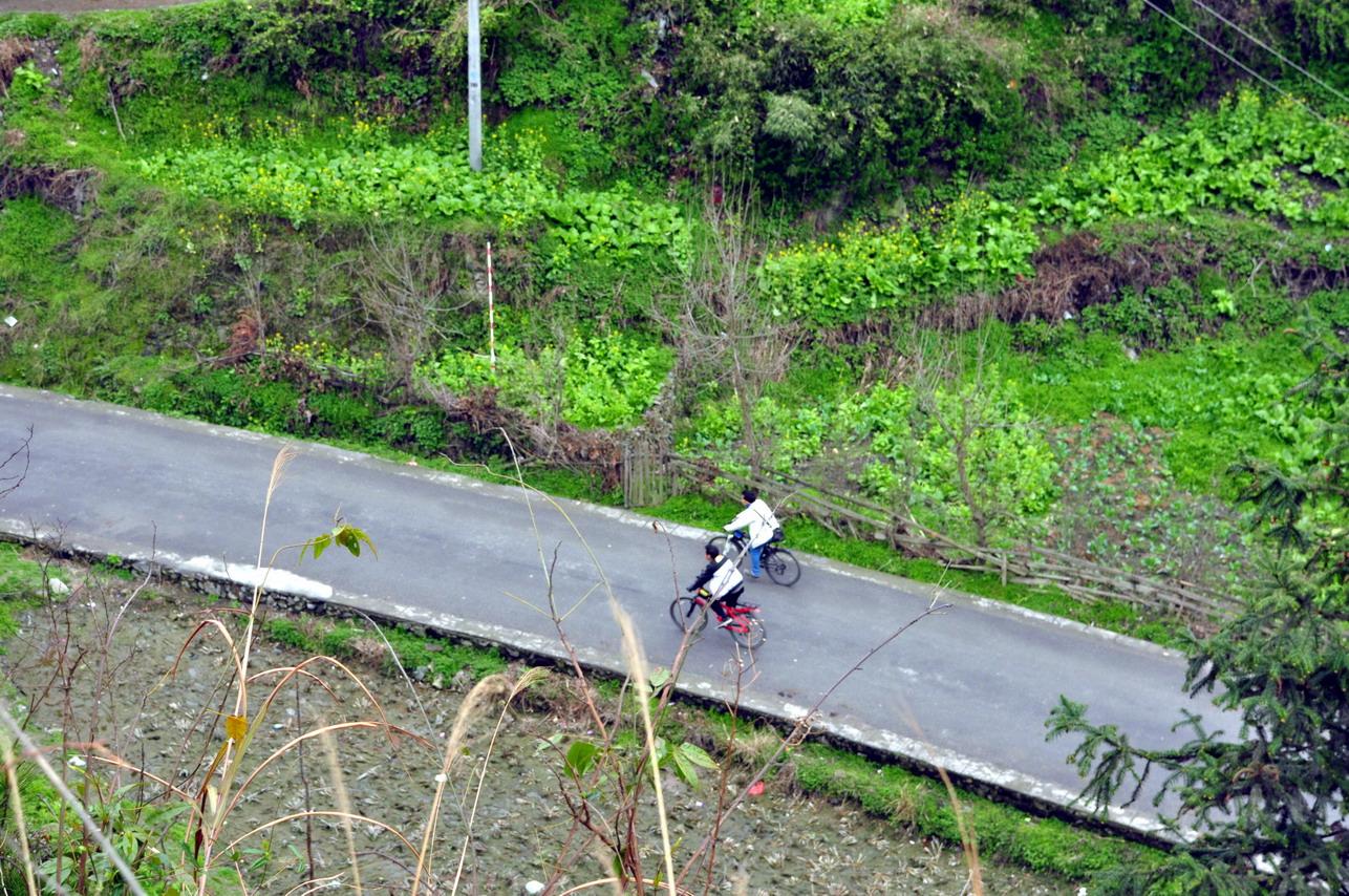 空气飘渺! 在这种特殊的盘山公路上,才可以拍摄到这样的俯视图!