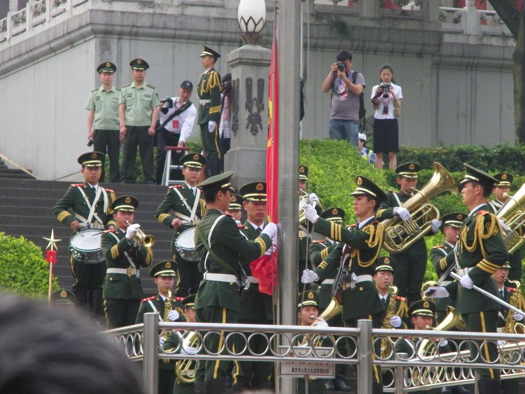 [原创]黔江600留守儿童人民广场观看升旗仪式