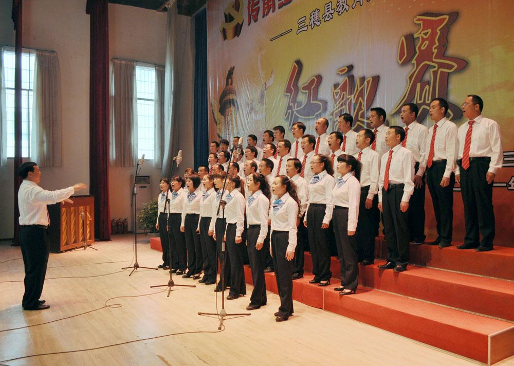合唱队演唱:《弹起我心爱的土琵琶》《团结就是力量