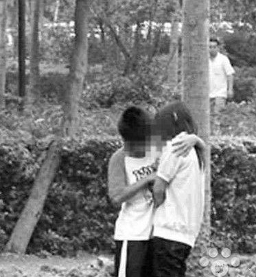 10岁小学生公园公开亲热,幼齿激情画面限制级引爆网络 灌水杂烩