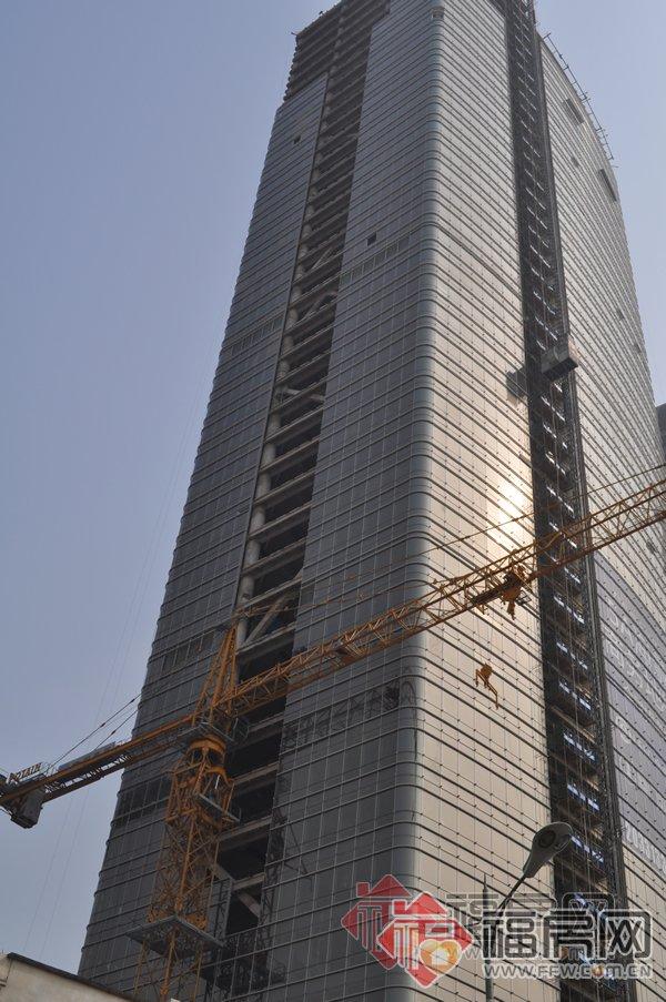从191米到192米,福建第一高楼近八年只长1米。高达192米的厦门财富中心,昨日刷新已落成的福建第一高楼高度。   由恒兴集团董事长柯希平投资超11亿元兴建的厦门财富中心,正式落成启用。   据介绍,43层192米的建筑高度,不仅成为了福建目前已落成的最高公共建筑项目,也意味着以1米之差,厦门建行大厦(含天线总高度191米)将保留多年的第一高楼头衔,让给了它的邻居 厦门财富中心。 总用地面积5082平方米、总建筑面积近9万平方米、43层全钢结构的厦门财富中心,从2008年9月8日开工