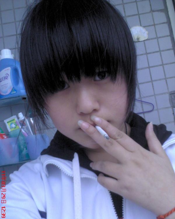 原创穿校服抽烟的女孩伤不起 亲子乐园