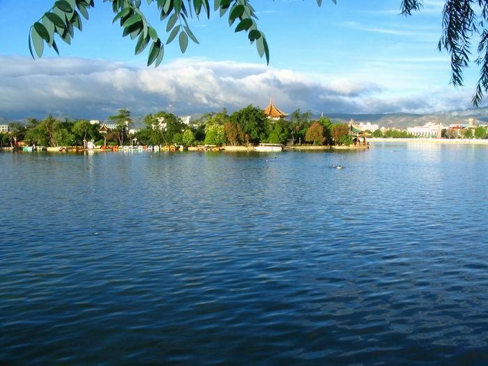 位于嘉兴市区东南,风景秀丽,历史悠久,古称陆渭池,又称彪湖.