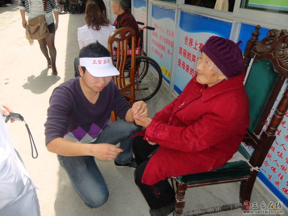 关爱老人 敬老孝亲活动图片之为老人剪指甲