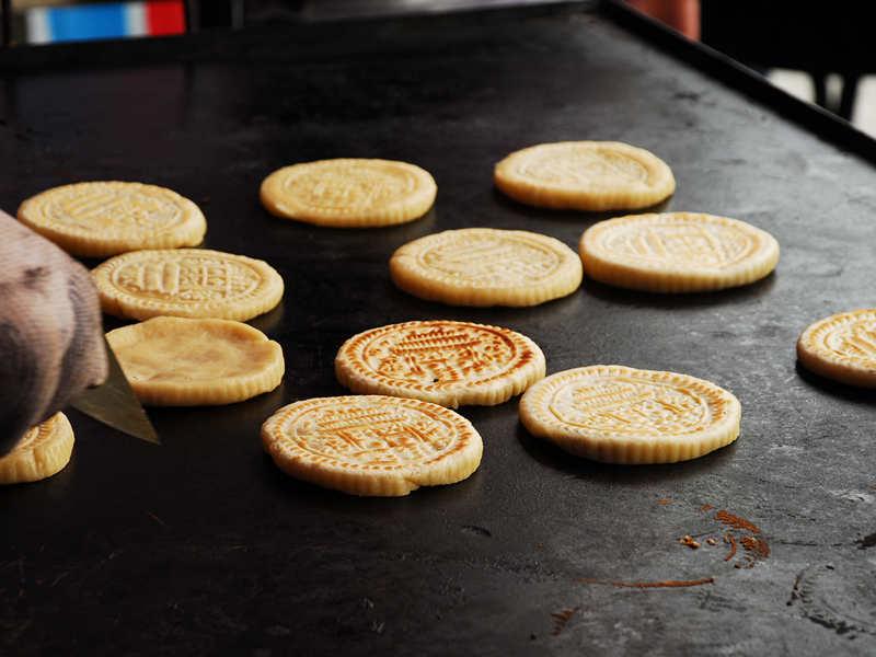 图为云丘山空心月饼制作过程.