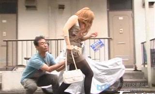 变态小日本街头戳美女们的屁屁