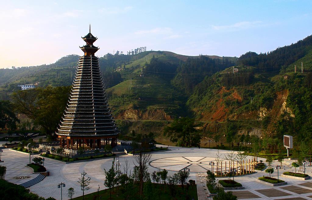 从江县鼓楼生态广场位于从江县城北上新区,总投资560万元,占地面积28156平方米,于2008年11月建成并投入使用。该广场设计新颖,构建独到,体现出独特的侗族建筑风格和浓郁的原生态民族文化,成为从江县打造江滨旅游县城的一个标志性旅游景点。   气势恢弘的从江侗族鼓楼是从江鼓楼生态广场的主要建筑物。鼓楼占地650平方米,为密檐式29层重檐,8角攒尖顶木结构,通高46.