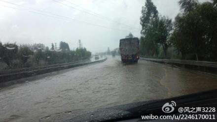 (网友报料)325国道鹤山鹤城镇天鹰制衣厂侧下雨