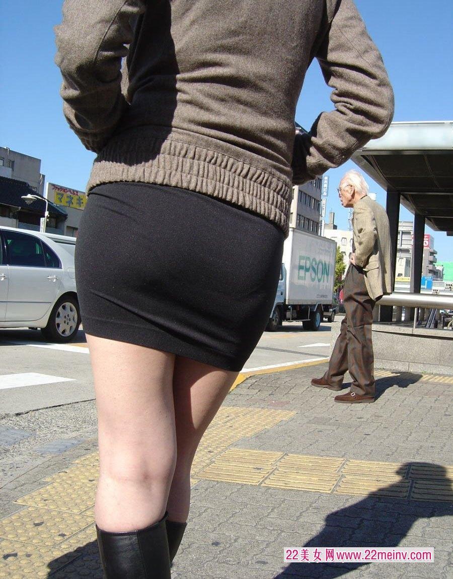 街拍短裙长靴女人