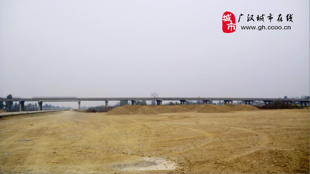 成绵乐城际高铁起于成都东客站,沿宝成铁路引入既有江油站,另外一个方向经成都南至双流国际机场,最终抵乐山,正线长323.19公里,主要经绵阳、德阳、广汉、成都、彭山、眉山、夹江、峨眉至乐山,全线50%左右的路段为桥梁隧道,其中新建桥梁121座长148.85公里,隧道11座长12.