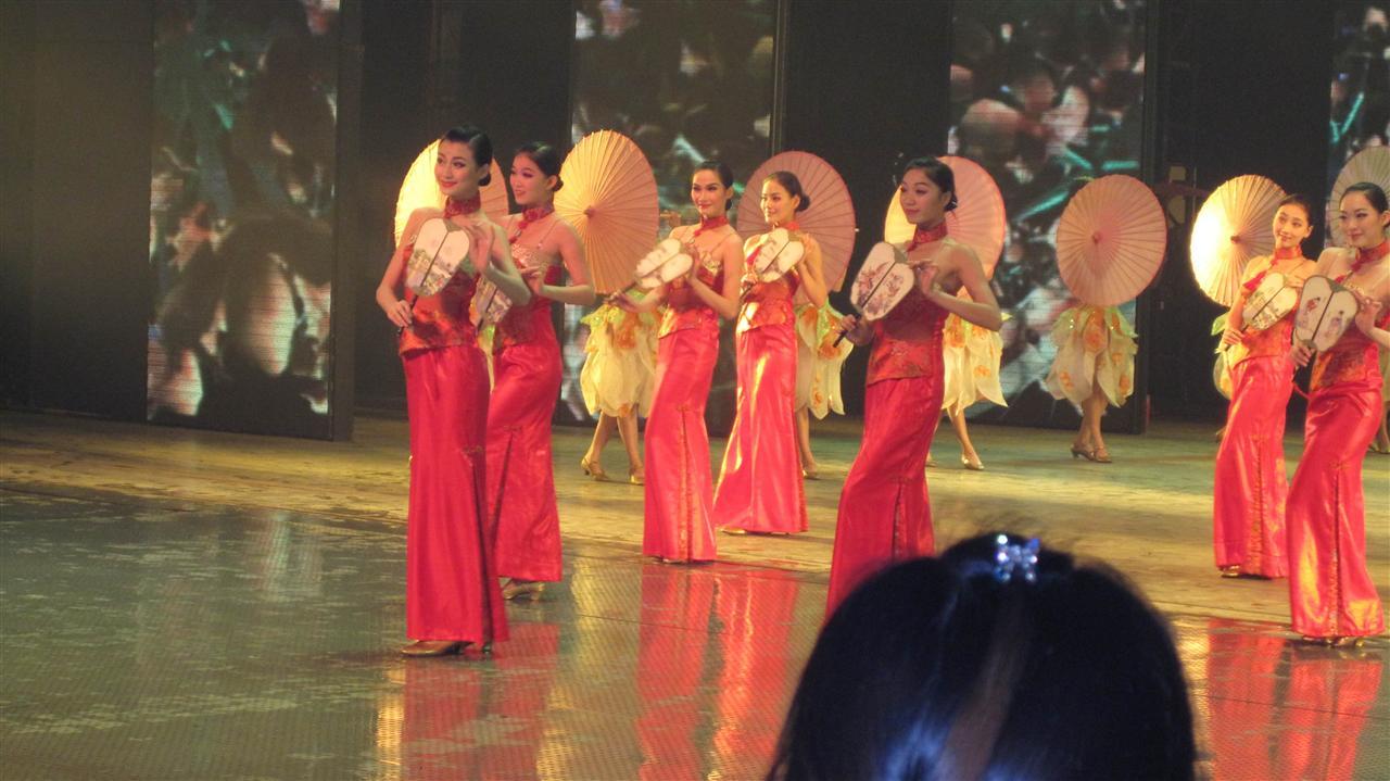 台下是一群群美女献舞