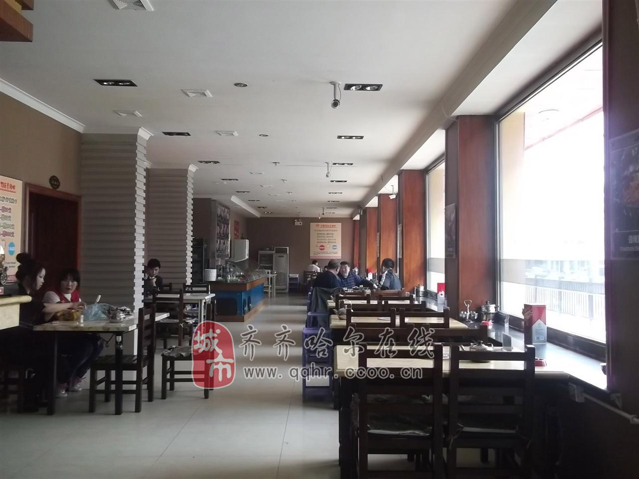 川蜀2068香辣虾是全国连锁,在齐齐哈尔市是唯一一家经过授权的连锁店,店铺已经开业六年。 店铺特色是香辣虾,是以虾锅为主,一锅两吃,先吃虾、后涮锅。吃完虾后加入高汤即可涮锅,而涮品也是相当丰富的。 而川蜀2068香辣虾中的2068的意思是:2是一锅两吃、0是零空位、68是68种中药秘制而成的辅料来增加香辣虾的口感和营养。