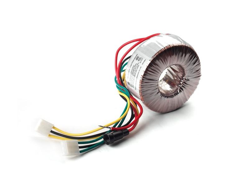 一、60W强悍功率  R1900T III采用美国国家半导体新一代的LM4766功率放大芯片,能够提供高达80W的强悍功率,强悍动力提供了更佳的低音控制能力,让R1900系列颇受好评的低音表现更上台阶,在更多时候做到收发自如,从容不迫。大功率也可以制造更大的声压,制造出足够的气势,让某些场景的音乐渲染得更加真实。大功率的好处并不局限于此,它也还能提供更大的不失真的功率段。每种IC都有自己的失真大小,这个失真大小不是一成不变的,往往随着功率的提高,失真也是跟着提高,在相同的功率输出的情况下,大功率IC能够提