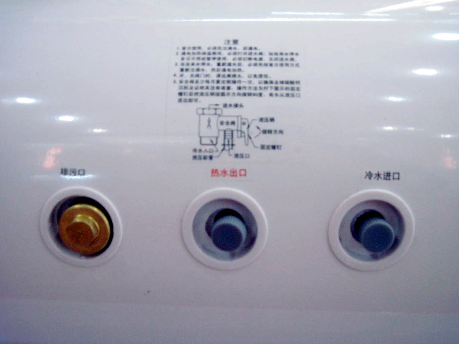 万和 DSCF60-T4 主要参数 安装方式: 挂式 产品容量: 60 水温调节: 35-75 额定压力: 0.7 产品功率: 1500 防漏电装置: 三极断开保护 产品重量: 24 外形尺寸: 380*845 其他特点: 万和潜心研制的集束发热管,针对中国水质,用电环境及家庭频繁使用等情况,内外兼修,强化加热万和特质全预混装置,使冷水有序进入,并与中间部位的热水器全面预混,强制换热集合万和电热水器的5大性能:超强内胆,保用5年;特护隔热棉;超长阳极棒;超厚保温聚能发泡层等超温保护,防干烧保护,强弱电分离