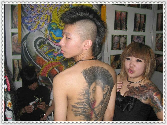 权志龙十字架纹身图
