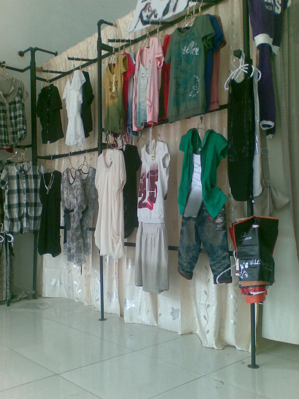 女服装店货架摆放图片,服装店装修货架,服装店货架上墙组合