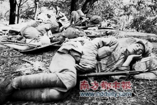 残军途中休息的解放军战士-白崇禧军逃桂林,粤政府迁海南