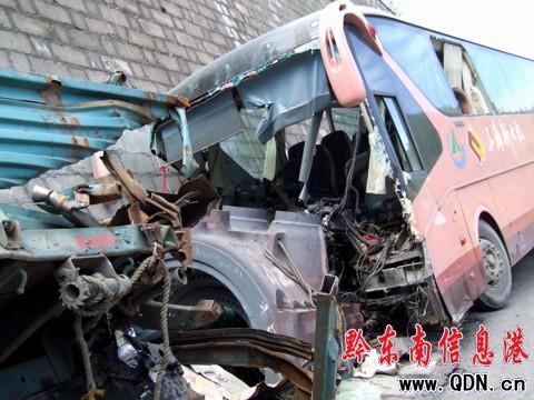 大客车追尾致1死20余人受伤高清图片