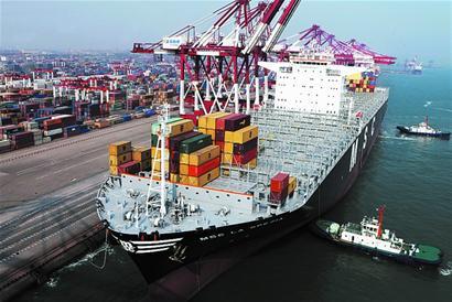 世界最大集装箱船首航青岛