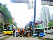 重庆公交车迎面撞上水泥柱1死22伤(图)