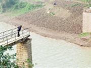 重庆船只撞垮桥梁500居民需绕行10公里(图)