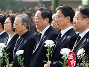 上海火灾现场悼念遇难者 大批民众前往吊唁