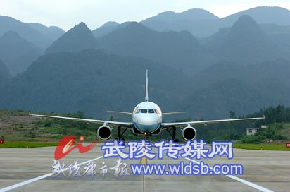 正像我们黔江机场的飞机起飞一