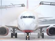 欧洲遭遇暴雪飞机惨被冻住