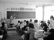 女教师下班遇车祸受伤 单腿跪凳讲课(图)